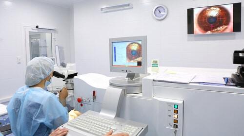 Mik a szürkehályog műtét előnyei és kockázatai?