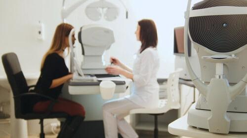 Mi történik Önnel a szürkehályog műtét előtti vizsgálat során?
